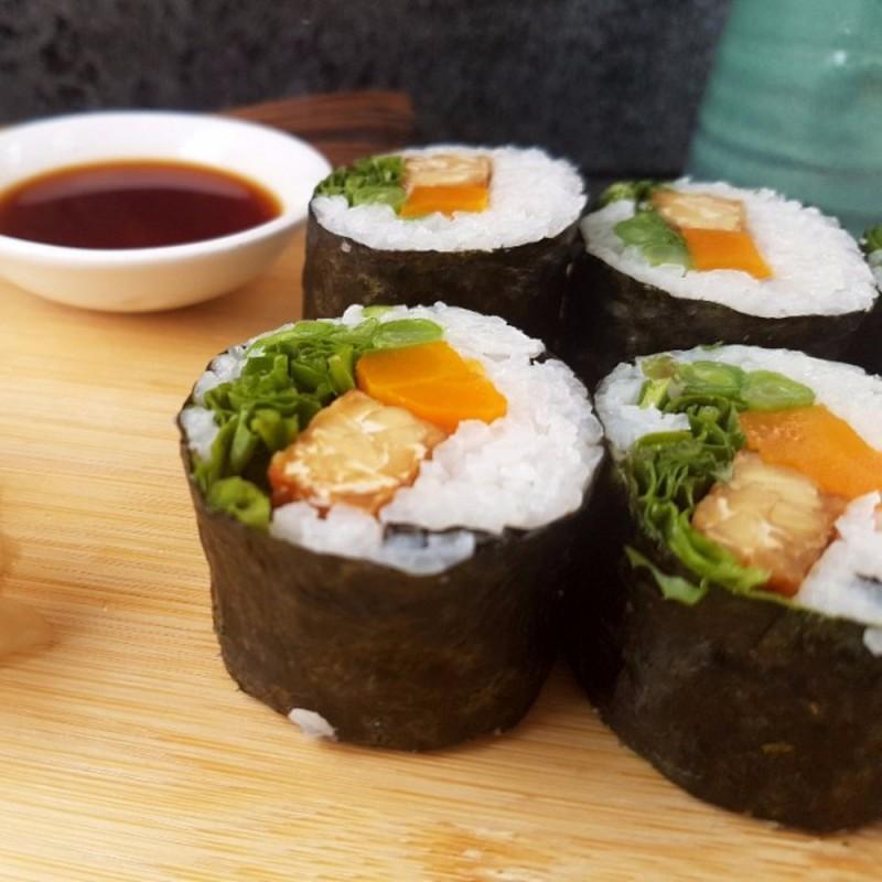 Sushi mit Tempeh und Rucola
