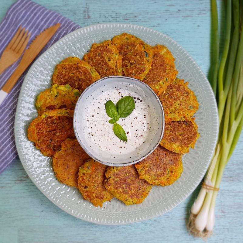 Gemüsepuffer mit Knoblauchdip