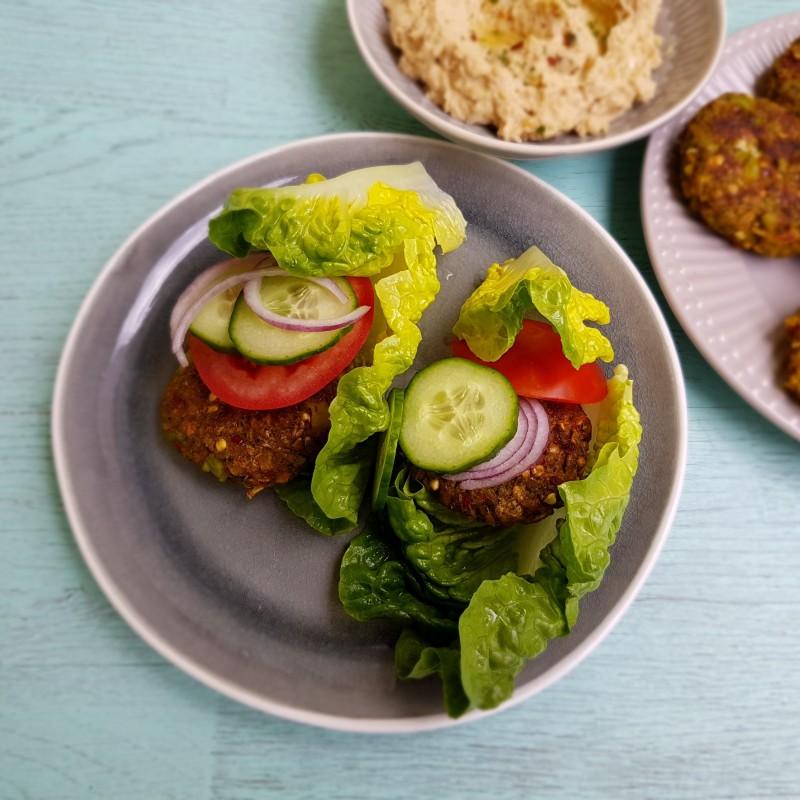 Salat-Burger mit Hummus