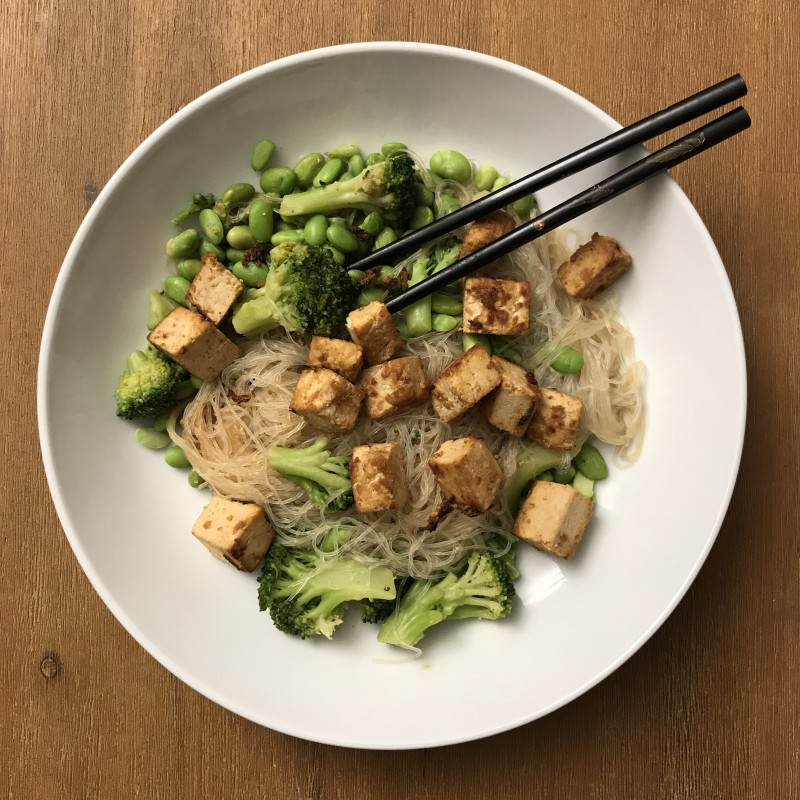 Glasnudeln mit Tofu und Brokkoli