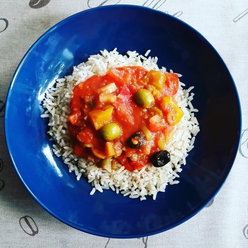 Reisgericht mit Oliven und Paprika