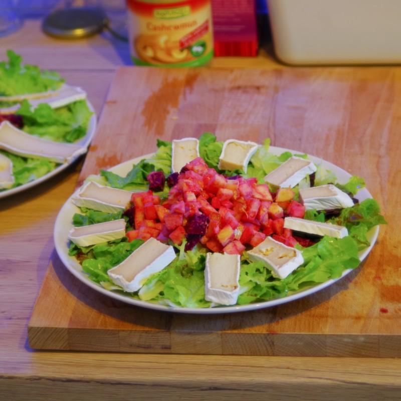Nussiger Salat mit Camembert