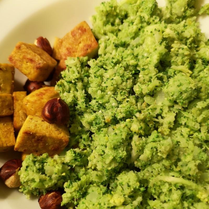 Broccoli mit Tofu und Haselnuss