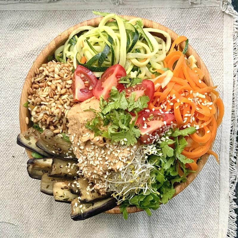 bunte bowl mit zucchininudeln
