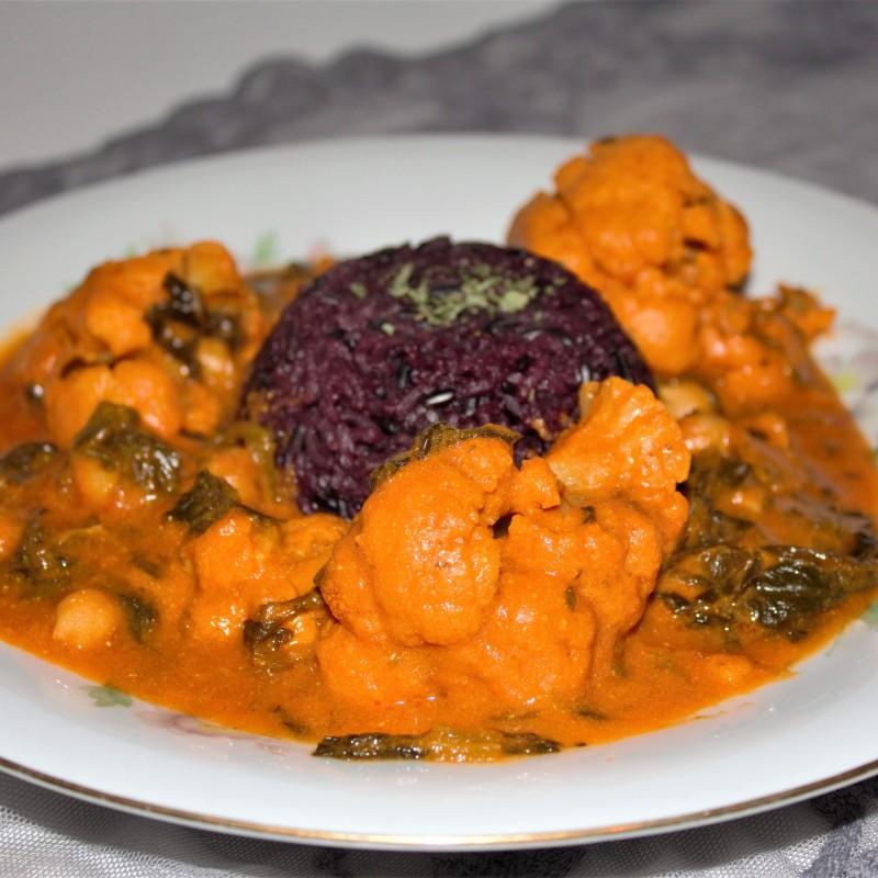 Scharfes Curry mit lila Reis