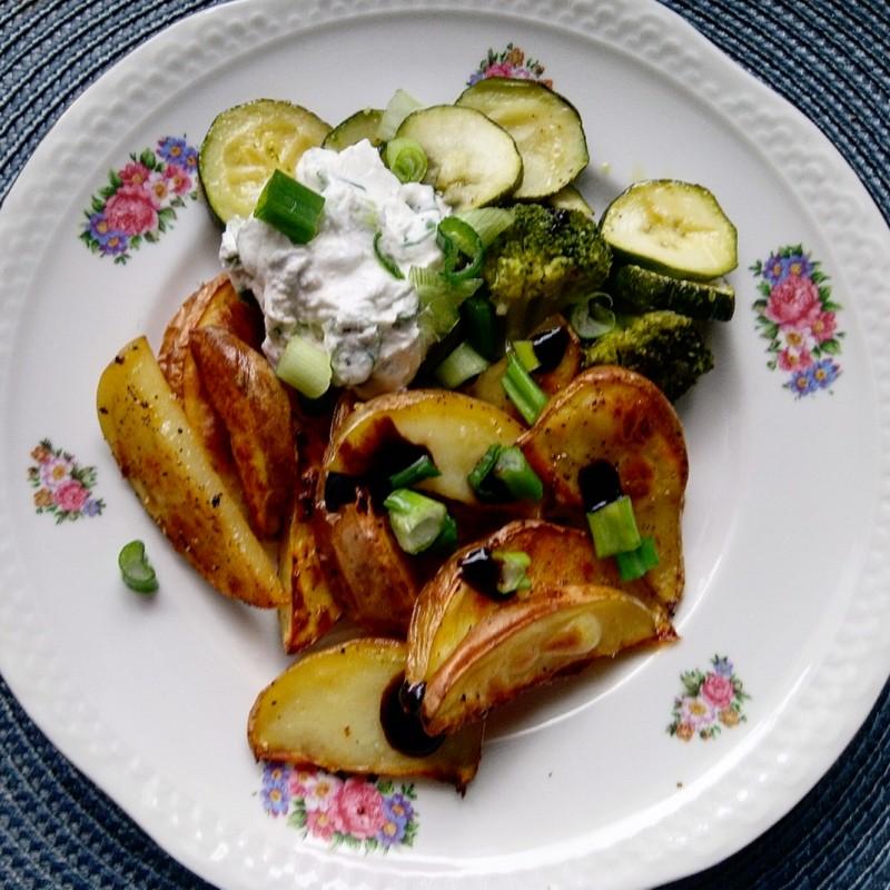 Ofenkartoffeln mit Gemüse und Frühlingsquark