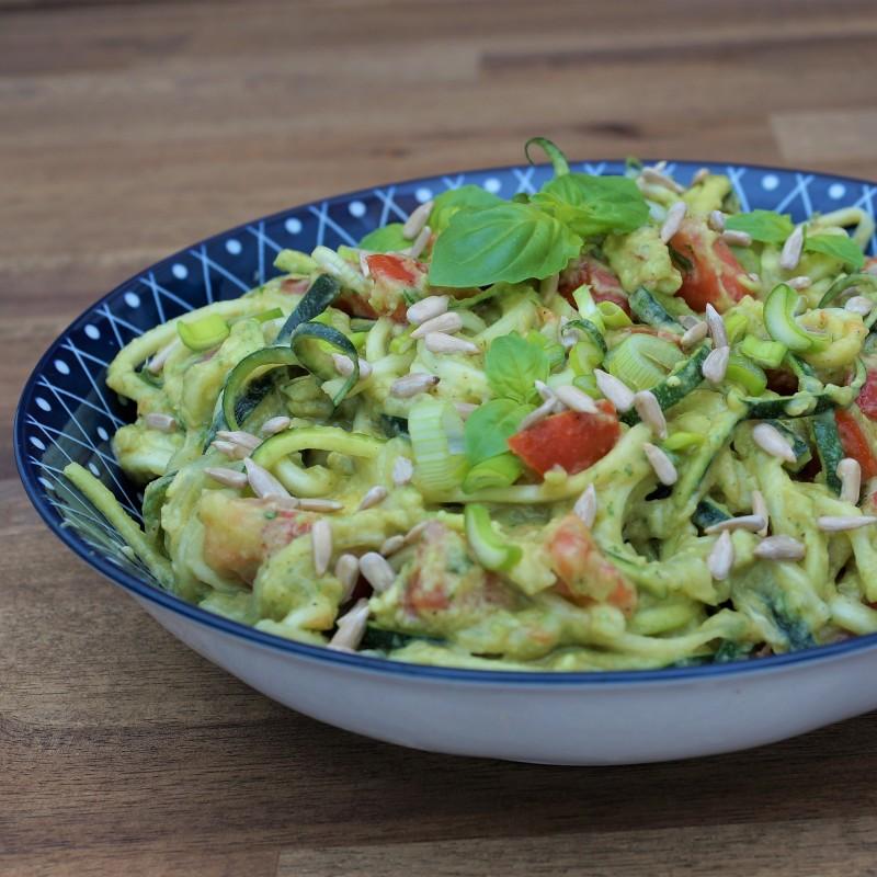 Zoodles mit Avocado-Basilikum Creme