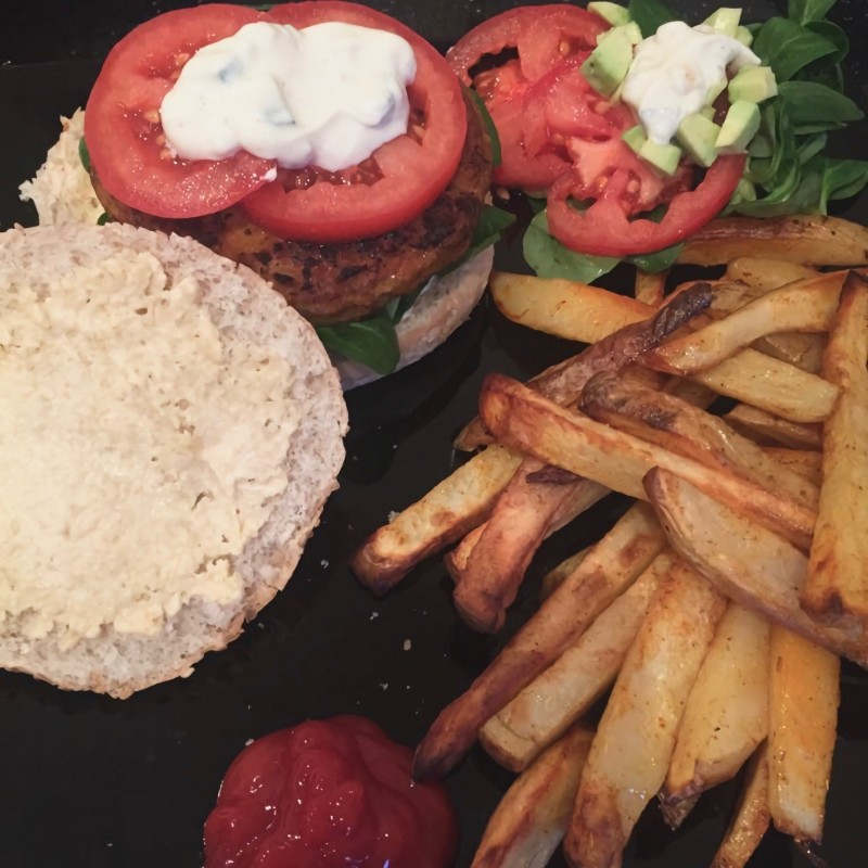 Sommerlicher Burger mit Ofenpommes