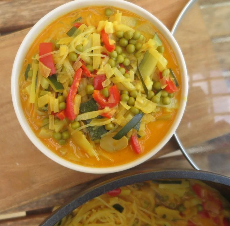 Asiatische Suppe mit Reisnudeln
