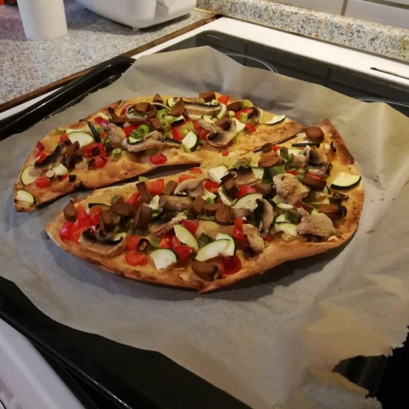 Flammkuchen mit buntem Gemüse
