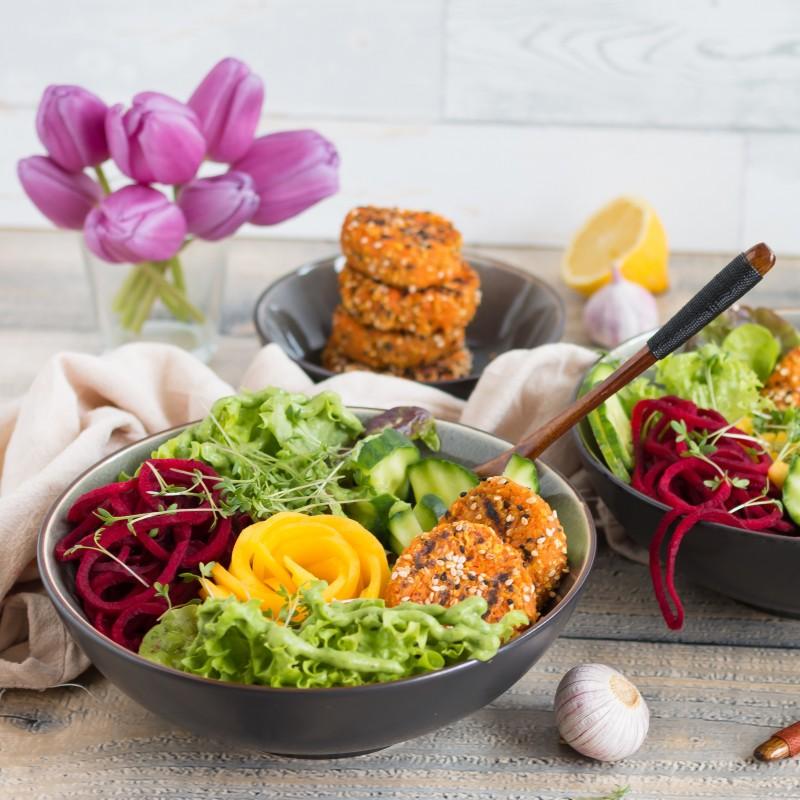 Salatbowl mit Möhren-Haferplätzchen