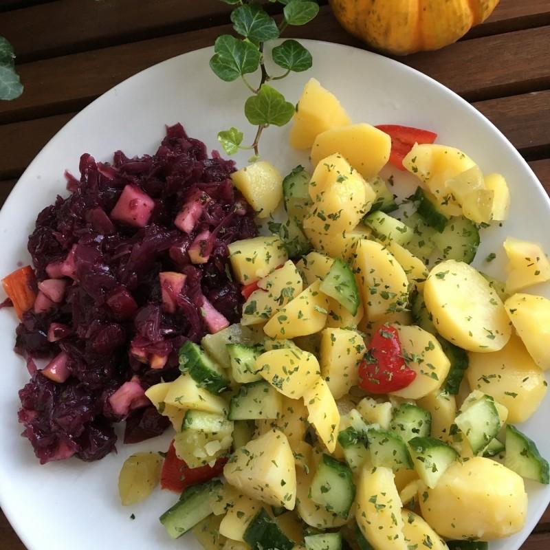 Karoffel- und Rotkohlsalat