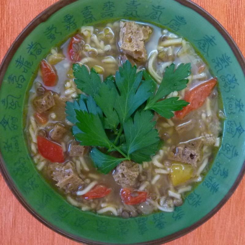 Schnelle Yum Yum Nudel Gemüsesuppe